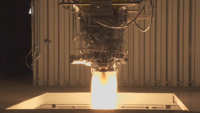 한국형발사체 3단에 적용되는 7톤급 액체엔진의 연소시험 장면. 나로우주센터 3단엔진 연소시험설비에 장착된 7톤급 액체엔진에서 화염이 뿜어져 나오고 있다. <사진 = `15.12.9 촬영, 한국항공우주연구원>