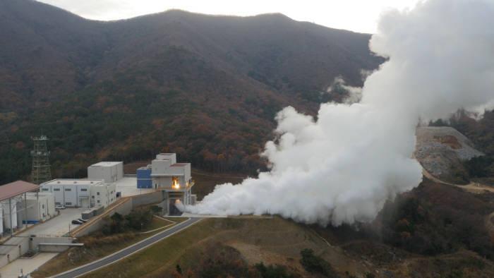 나로우주센터 3단엔진 연소시험설비에서 한국형발사체 3단에 적용되는 7톤급 액체엔진의 연소시험이 진행되고 있다. <사진 = `15.12.9 촬영, 한국항공우주연구원>