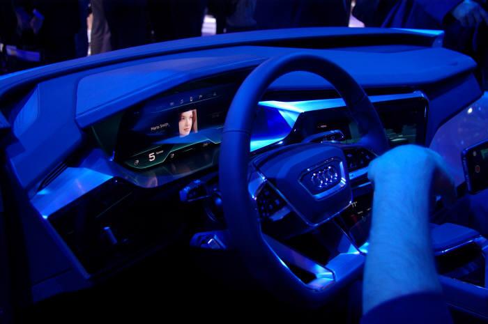 삼성디스플레이 OLED 디스플레이가 장착된 아우디 차세대 운전석 (자료=전자신문DB)