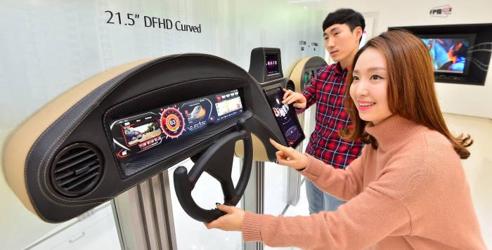 LG디스플레이 연구원이 21.5인치 DFHD 커브드 클러스터 등 다양한 차량용 디스플레이를 테스트하고 있다. (사진=전자신문DB)
