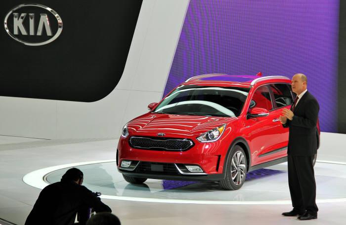 오스 헤드릭(Orth Hedrick) 기아차 미국 판매법인 상품전략 담당 부사장이 '2016 시카고 오토쇼(2016 Chicago Auto Show)' 미디어 행사에서 기아차 친환경 소형 SUV '니로(Niro)'를 설명하고 있는 모습