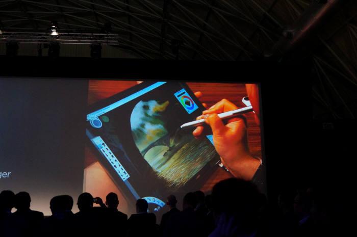 화웨이는 21일(현지시각) 스페인 바르셀로나에서 글로벌 신제품 출시 행사를 열고 윈도 운용체계(OS) 기반 투인원 태블릿PC '메이트북'을 공개했다.