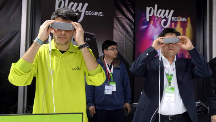 LG전자 G5 발표 행사장 체험존에서 관람객들이 VR기기를 시연하고 있다. 바르셀로나(스페인)= 박지호기자 jihopress@etnews.com