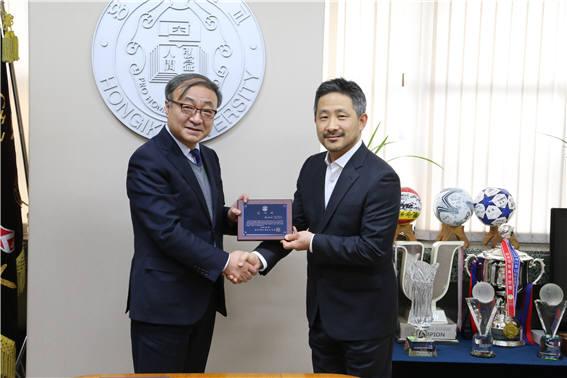 김영환 홍익대학교 총장(왼쪽)이 15억원 상당 전자기 시뮬레이션 소프트웨어 '페코'와 교육을 제공키로 한 문성수 한국알테어 대표에게 감사패를 전달하고 있다.