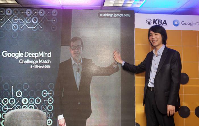 데미스 하사비스 딥마인드 CEO와 이세돌 9단이 화상으로 하이파이브하고 있다. <전자신문DB>