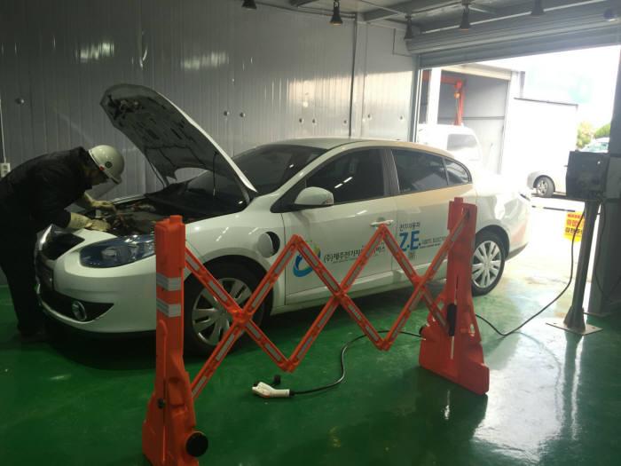 제주시 아라동에 위치한 전기차 전용 정비센터 드림카센터에서 정비 중인 모습.