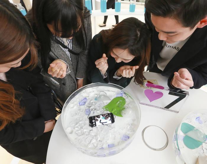 소비자들이 서울 영등포 타임스퀘어 아트리움에 마련된 `Touch ♥7` 행사장의 방수존에서 갤럭시S7의 방수 기능을 체험하고 있다.
