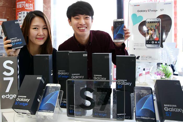 롯데하이마트는 11일부터 갤럭시 S7과 갤럭시S7엣지를 판매하고 있다.