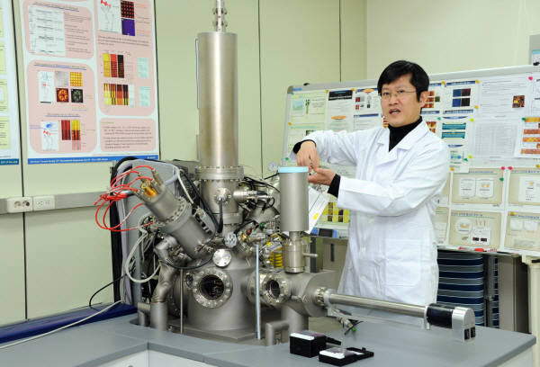 이태걸 KRISS 나노바이오측정센터 책임연구원이 나노입자 표면 분석에 사용되는 이차이온질량분석 장비의 측정원리를 설명하고 있다.