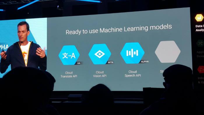 제프 딘 구글 시니어 펠로우가 구글 클라우드 머신러닝 서비스를 설명하고 있다.