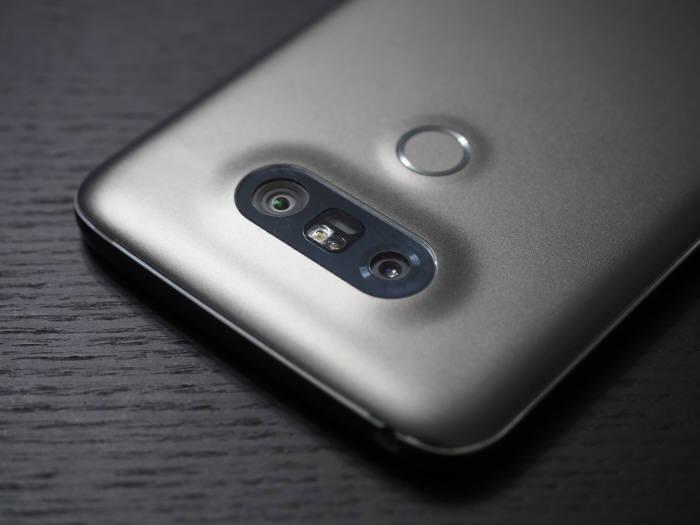 LG G5에는 일반 카메라뿐만 아니라 광각 카메라가 함께 후면에 배치됐다.