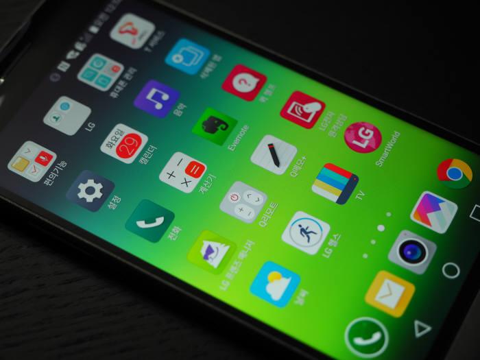 LG G5에 적용된 LG UX 5.0은 메인화면과 앱서랍이 통합해 접근성을 더 높였다.