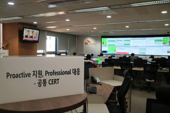 SK인포섹 보안관제센터 CERT팀 좌석 상단에 적힌 팀 슬로건(전자신문DB)