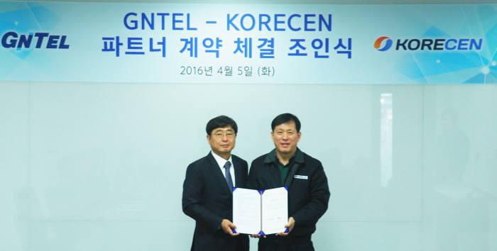 임기수 지엔텔 부사장(왼쪽)과 오석언 코리센 대표(오른쪽)가 코리센 본사에서 파트너 계약을 체결하고 있다.