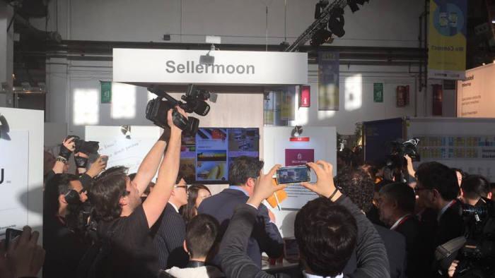 지난 2월 MWC에서 셀러문은 해외 관람객으로부터 큰 호응을 얻었다. 사진은 셀러문 부스에 관람객들이 몰려있는 장면.