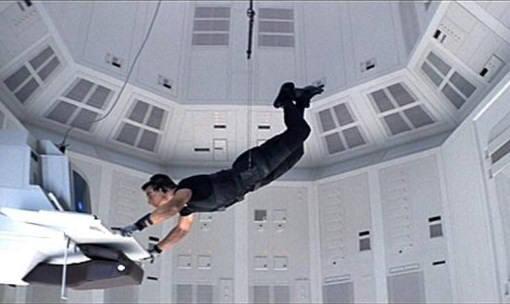 미션임파서블1 중 에단 호크가 CIA 컴퓨터실에 침입해 정보를 빼가는 장면