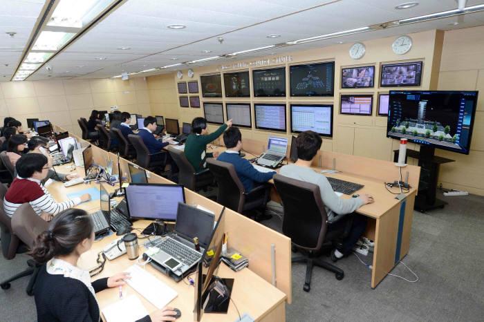 이글루시큐리티 임직원들이 이글루시큐리티 원격 보안관제센터에서 업무를 수행하고 있다.(자료:이글루시큐리티)