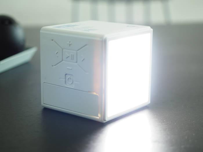 3W LED 라이트로 야외에서 조명 대신 사용할 수 있다.