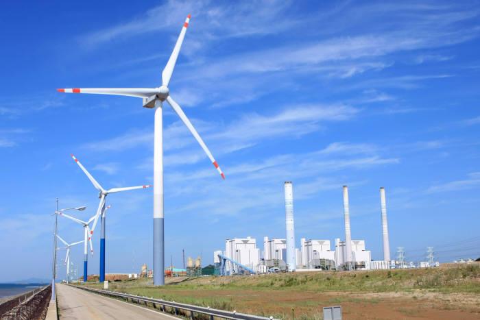 남동발전이 운영하는 영흥화력발전소 내 풍력발전단지. 풍력발전용량 46㎿규모로 우리나라 최대 설비다.