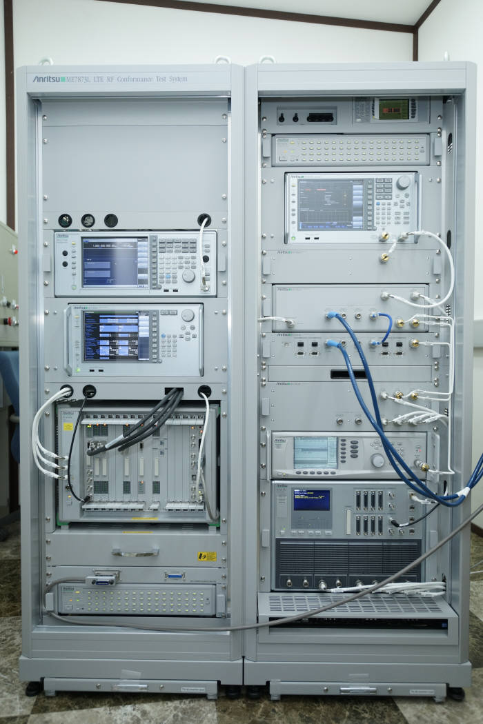 대구테크노파크 모바일융합센터 국제모바일시험소에 설치된 LTE RF 테스트 장비.