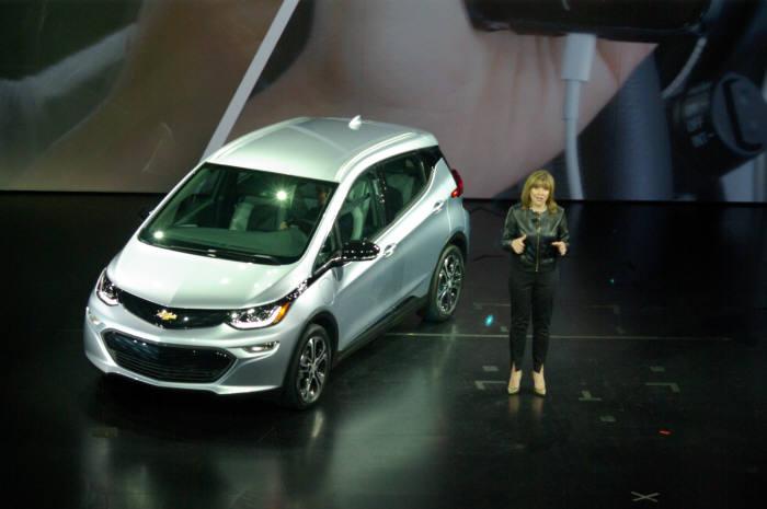 메리 바라 GM 회장과 차세대 전기차 볼트(Bolt)