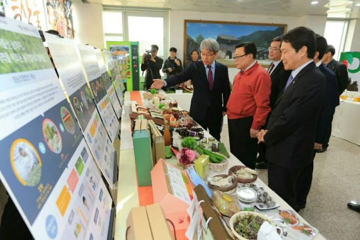 지난 2월 이동필 농식품부 장관이 `농업의 6차산업화 성과확산 보고대회`를 마친 후 전시된 지역 농산물을 둘러보고 있다.