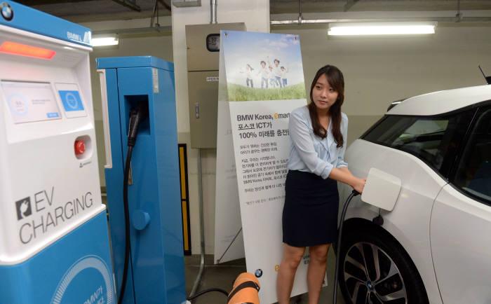 서울 시내 공용시설물에 설치된 충전기를 이용해 전기차 운전자가 충전하고 있다.