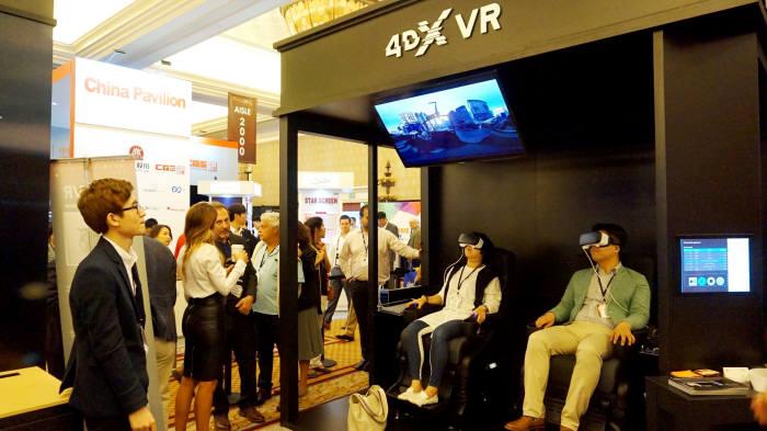 4월 미국 라스베가스에서 열린 시네마콘에서 4DX와 VR 결합 콘텐츠를 시연하는 사람들