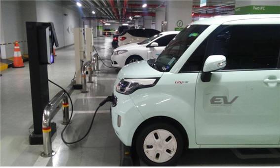 주차장에서 충전을 하면서 다음 이용자를 기다리고 있는 전기차. 사진 : 서울시 제공.