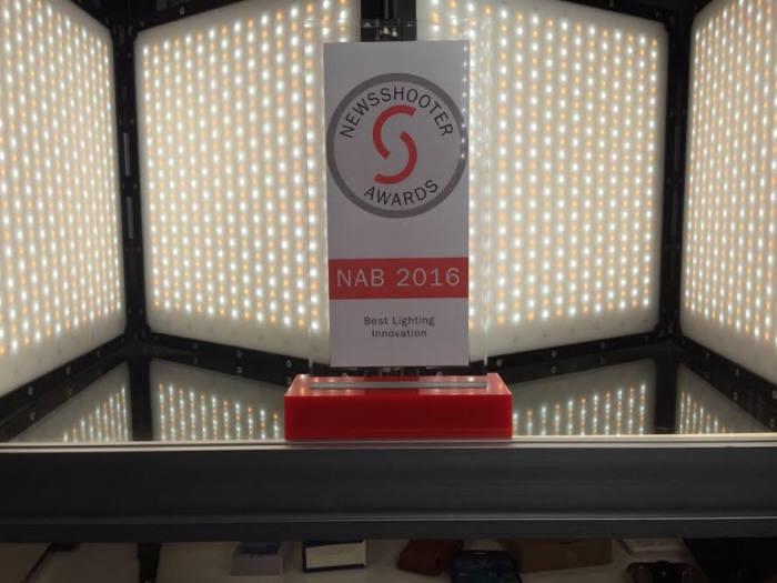 알라딘은 접는(폴더형) LED 조명(뒷편)으로 NAB 2016에서 방송전문 매체에게 상을 받았다.