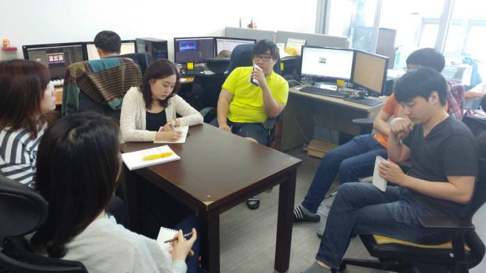 아이플레이 내부 개발진 회의 모습.