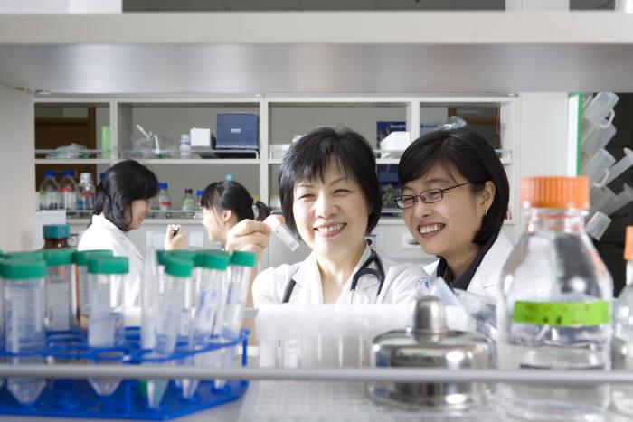 질병 연구 중인 연구원