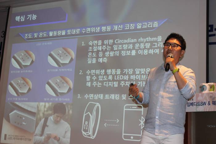 문일용 제이엠스마트 대표가 27일 서울 역삼동 한국과학기술회관에서 열린 `2016 임베디드 소프트웨어(SW)&웨어러블 컨퍼런스`에서 강연하고 있다.
