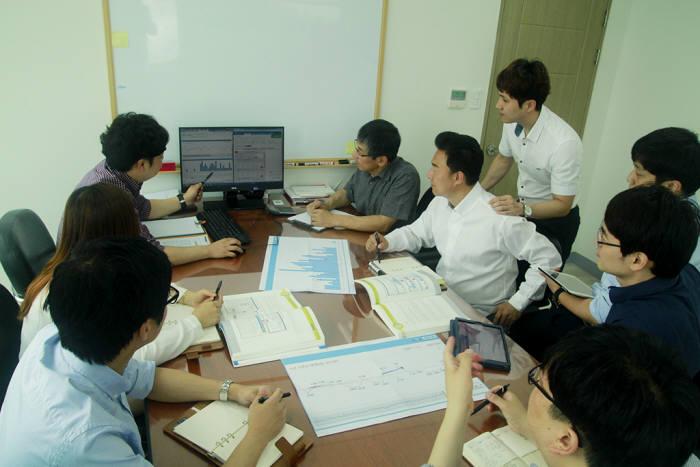 동진컴퍼니 직원들이 입찰 정보 서비스 개선 방안 관련 회의를 하고 있다.