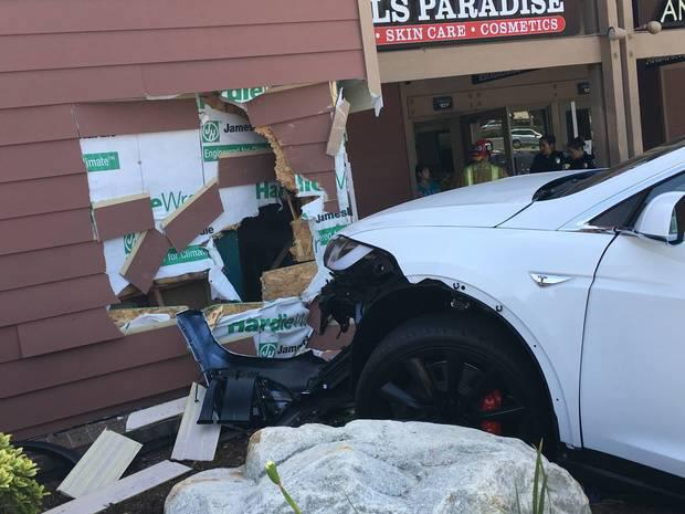 테슬라 SUV 전기차 모델X 사고 장면.