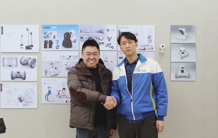 서병조 바램시스템 대표(오른쪽)가 로드니 로 인피니티 디지털 대표와 `앱봇 라일리`수출 계약을 체결후 악수를 나누고 있다.