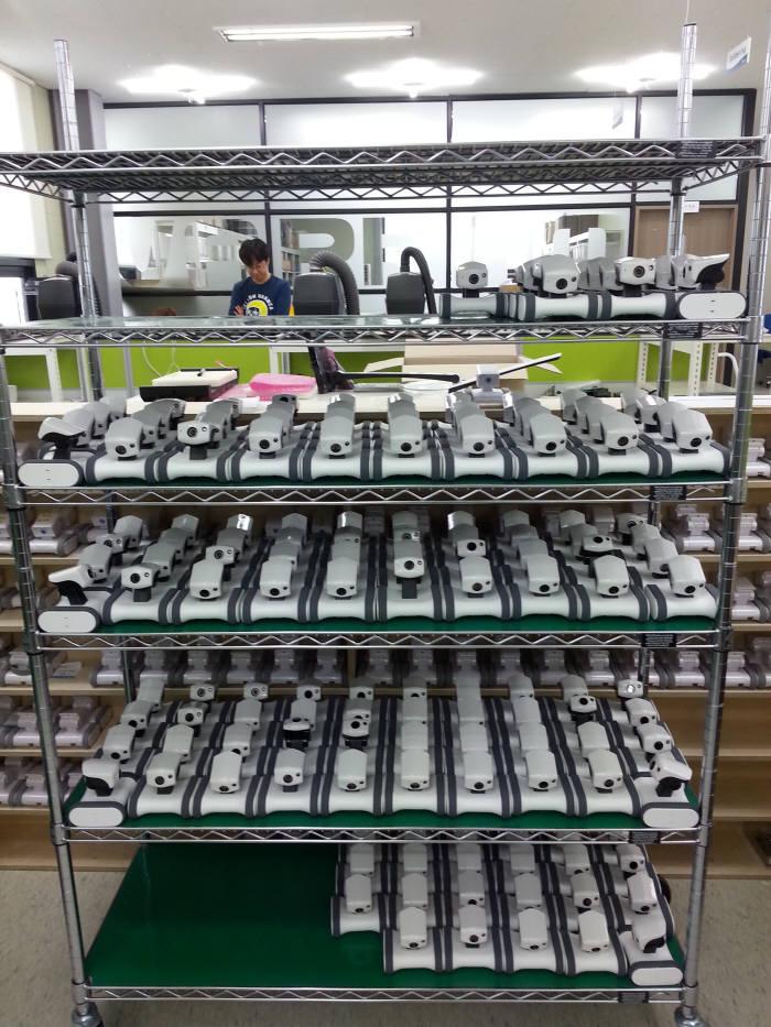바램시스템 직원이 제품을 조립하고 있다.