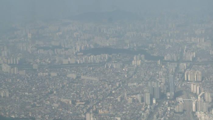 NASA의 연구용 항공기(DC-8)에서 본 서울 상공.