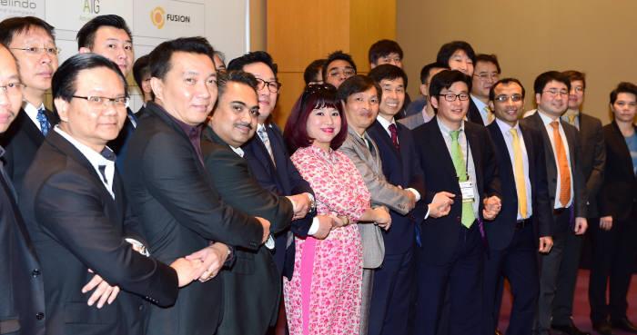 KAIT가 `글로벌 ICT 파트너십 프로그램`이 지원 대상을 소프트웨어(SW)로 확장한다. 지난 달 월드IT쇼(WIS) 기간 중 진행된 파트너십 프로그램에서 해외 고객과 국내 ICT 기업 간 기념촬영을 하고 있다.