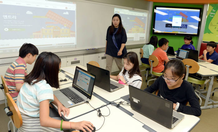 SW교육이 갈수록 중요해지고 있다. 서울 이태원초등학교 학생들이 SW교육을 받고 있다.