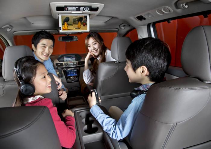 혼다 8인승 미니밴 오딧세이 뒷좌석과 엔터테인먼트 장치(제공=혼다코리아)