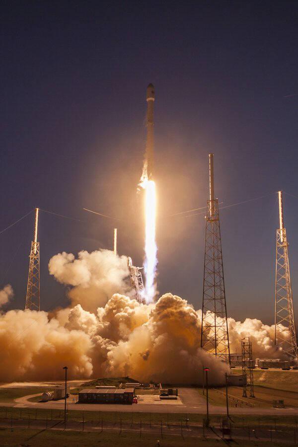 통신위성 SES-9을 실은 팰컨 9 로켓이 우주를 향해 발사되고 있다(출처:스페이스X)