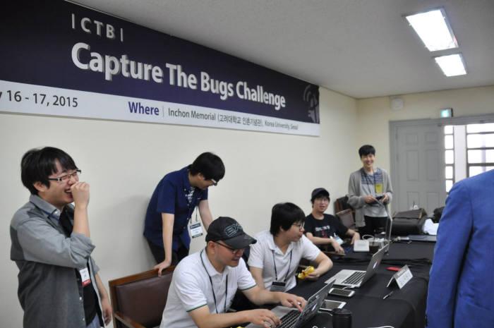 해커연합 하루 이기택 회장 등이 지난해 고려대에서 열린 시큐인사이드 `CTB`를 운영 중이다.(자료:하루)