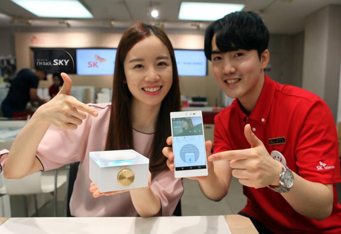 서울시 중구 을지로에 위치한 SK텔레콤 매장에서 스카이 `아임백(IM-100)`이 소개되고 있다.