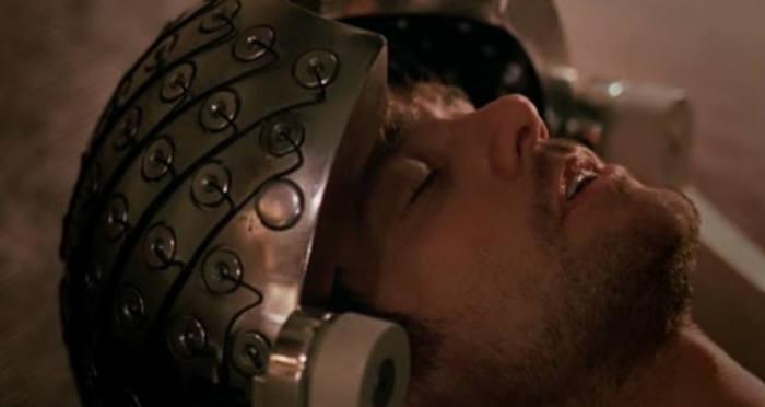 조엘(짐 캐리)이 주사를 맞고 깊은 잠에 빠져 기억을 지우고 있는 장면.