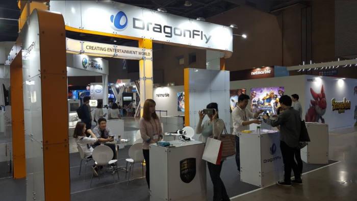 드래곤플라이는 지난 5월 19일부터 사흘간 일산 킨텍스에서 열린`2016 플레이엑스포`에서 스페션 포스2 VR 버전 체험판을 선보였다.