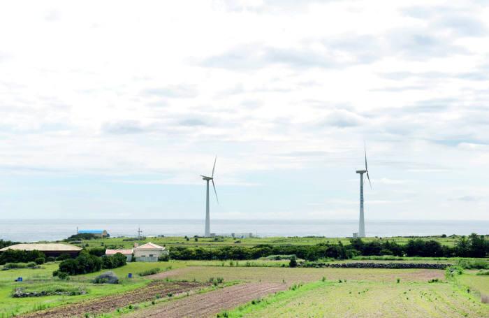 가파도에 설치된 풍력발전기 2대.