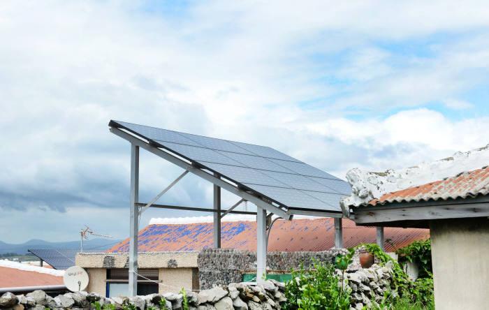 가파도 48가구에 설치된 태양광 발전 패널.