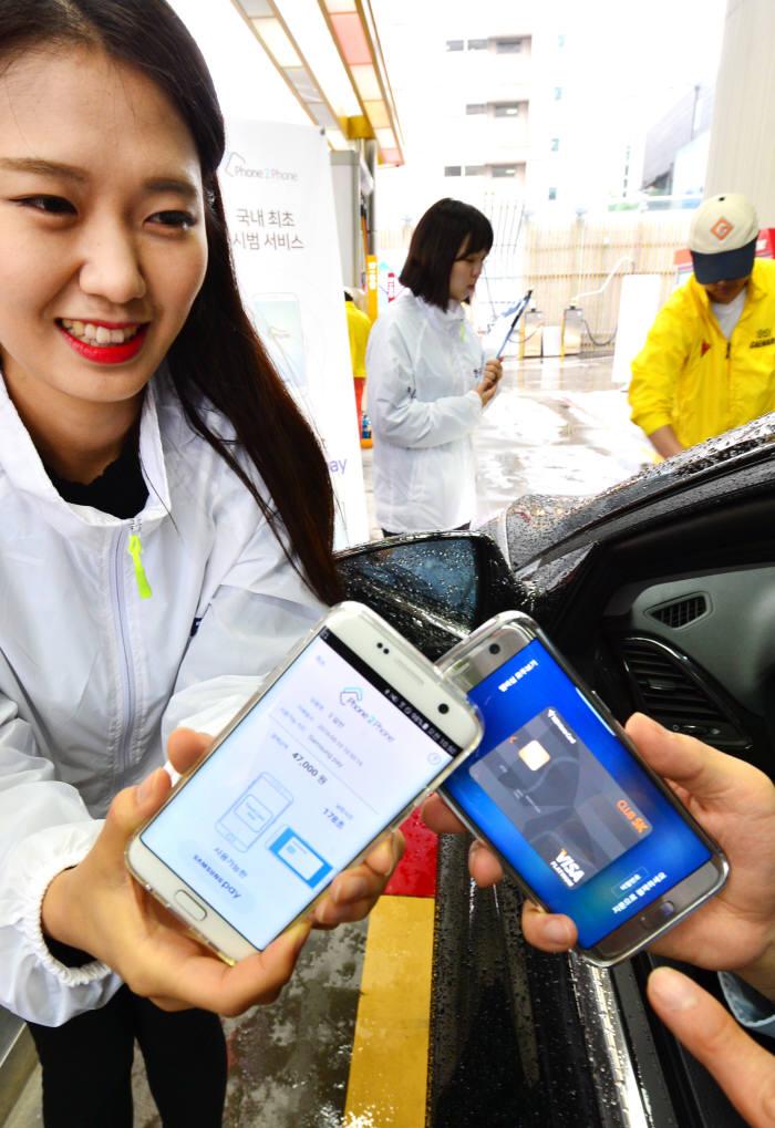 강남 개나리 주유소에서 한국NFC 폰2폰 서비스를 삼성페에 적용하는 모습.