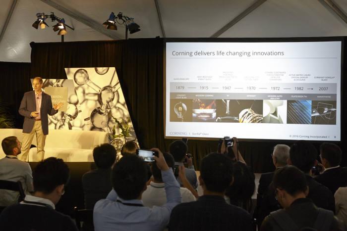 코닝은 21일(현지시간) 미국 캘리포니아 팔로알토에 위치한 자사 연구소인 코닝 웨스트 테크놀로지 센터에서 `고릴라글래스5` 신제품을 발표했다. 존 베인 고릴라글래스사업부 부사장이 신제품을 설명하고 있다. (사진=코닝글래스테크놀로지)
